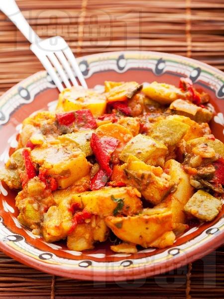 Зеленчуков гювеч с картофи, чушки, тиквички, лук и бамя - снимка на рецептата